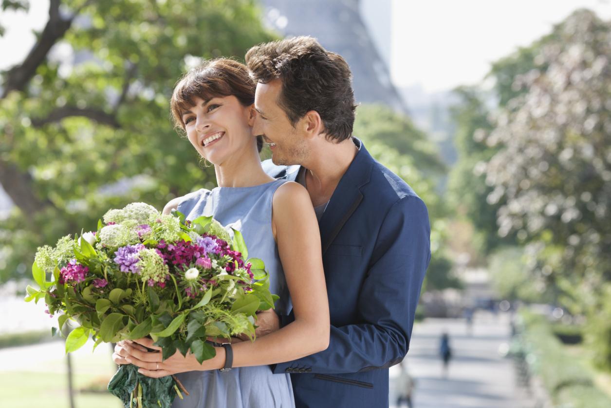 Картинки мужчина дарит женщине цветы 4